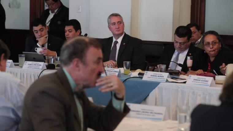 El ministro de Gobernación Enrique Degenhart acudió a la sesión de jefes de bloques del Congreso. (Foto Prensa Libre: Juan Diego González)