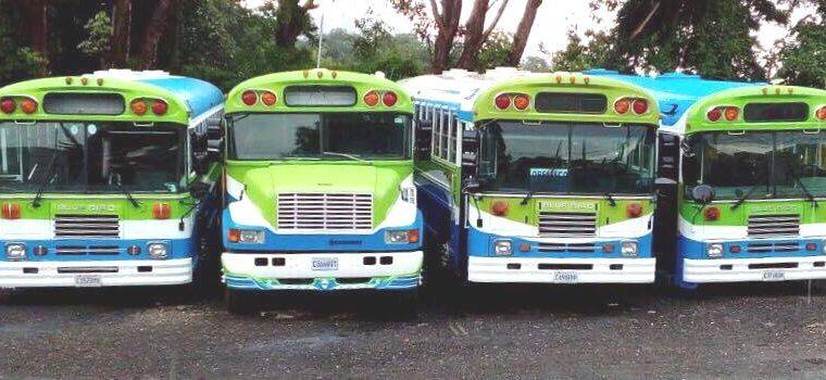 Cuatro autobuses restaurados se encuentran estacionados en la 9a. avenida A, 12 calle, zona 1 de Mixco. (Foto Prensa Libre: Cortesía).
