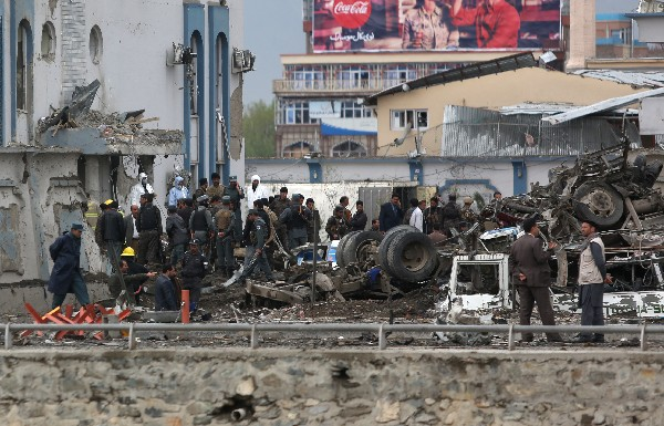 <span>Fuerzas de seguridad</span> <span>inspeccionan</span> <span>el sitio del</span> <span>ataque</span> <span>en Kabul</span><span>, Afganistán.</span> (Foto Prensa Libre: AFP)