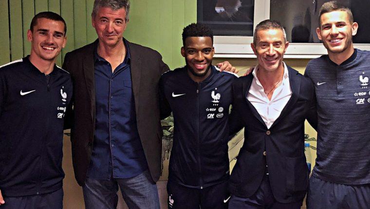 El consejero delegado del Atlético Miguel Ángel Gil junto a Griezmann, Lucas Hernández y Thomas Lemar, que actualmente están en el Mundial 2018, tras firmar hoy sus respectivos contratos con el Atlético de Madrid. (Foto Prensa Libre: EFE/Atlético de Madrid)