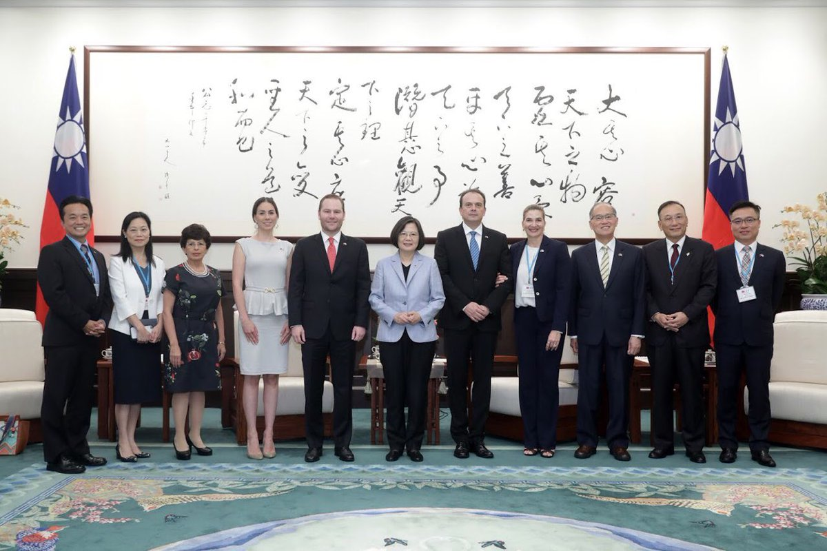 La comitiva guatemalteca y funcionarios taiwaneses participan en la foto oficial del encuentro. (Foto Prensa Libre: Presidencia de Taiwán)