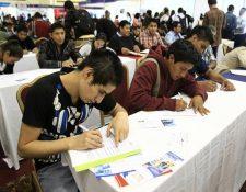 Miles de jóvenes llegan a las ferias de empleo en busca de una oportunidad y la contratación de tiempo parcial podría ser de ayuda. (Foto Prensa Libre: Hemeroteca PL)