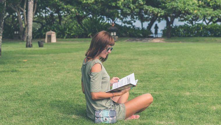 El descanso y el calor se prestan para aprovechar el tiempo leyendo unos libros (Foto Prensa Libre: servicios).