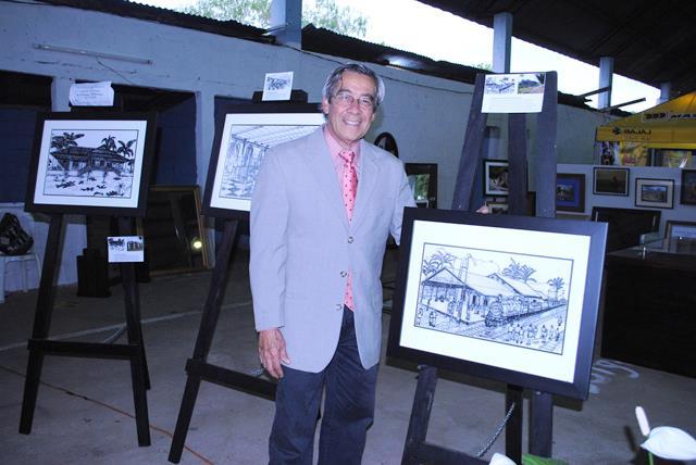 Jorge Cordón expone 12 de los cuadros que serán parte del libro Arquitectura vernácula de Coatepeque. (Foto Prensa Libre: Édgar Octavio Girón)