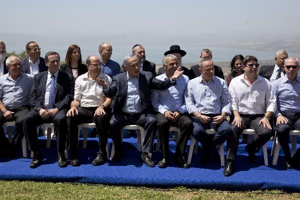 <span>Benjamin</span> <span>Netanyahu</span><span>, (c),</span> <span>posa con</span> <span>los ministros</span><span> en el</span> <span>Golán.(AP)</span>