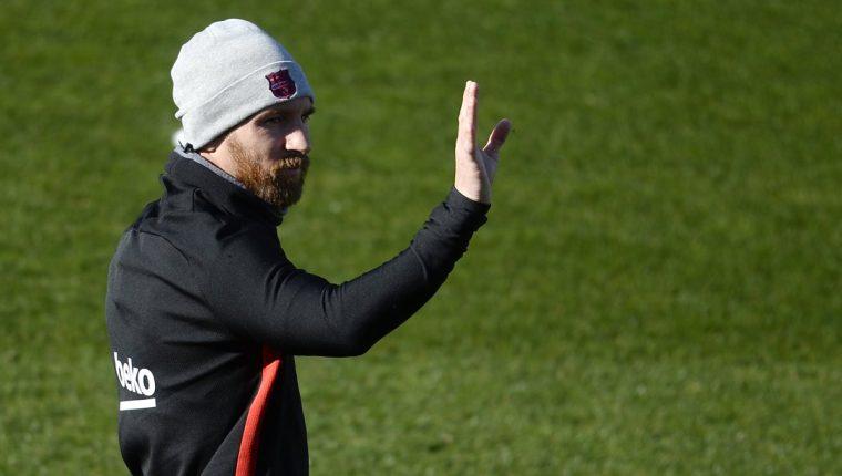 Lionel Messi saluda a sus seguidores durante la práctica del FC Barcelona este viernes. (Foto Prensa Libre: AFP)