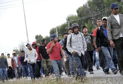 La pobreza, la extrema pobreza, la desigualdad social, laboral y  salarial, son los principales factores que impulsan la migración hacia   EE. UU. (Foto Prensa Libre: EFE).