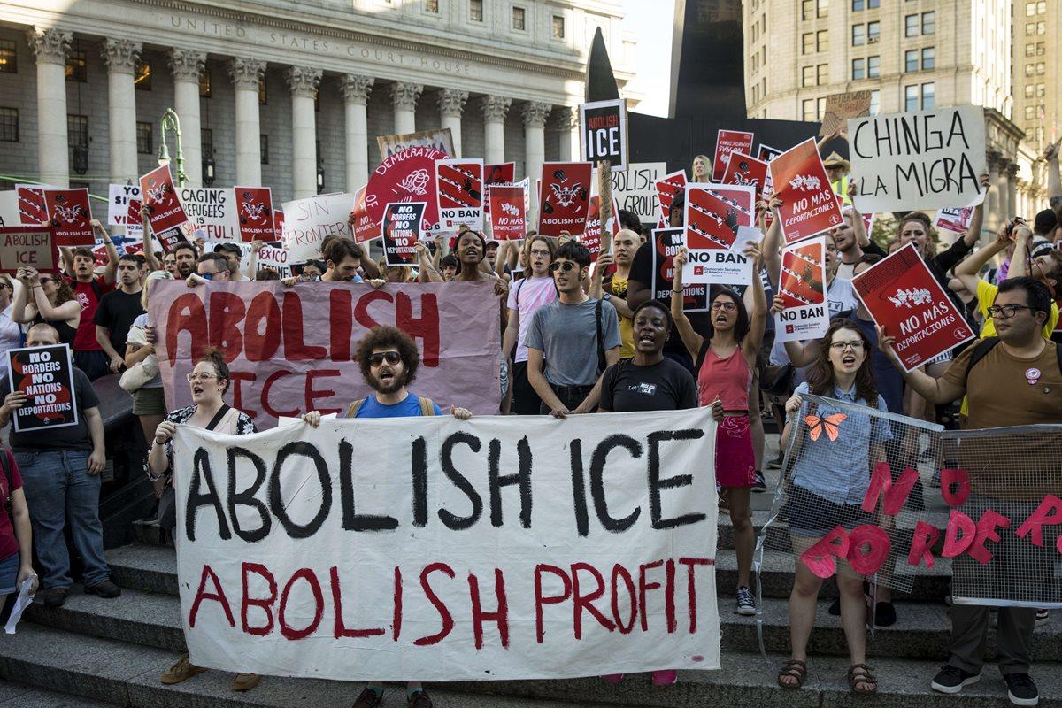 Activistas marchan contra Servicio Inmigración y Aduanas (ICE) y las políticas de inmigración de Trump en la ciudad de Nueva York.(AFP)