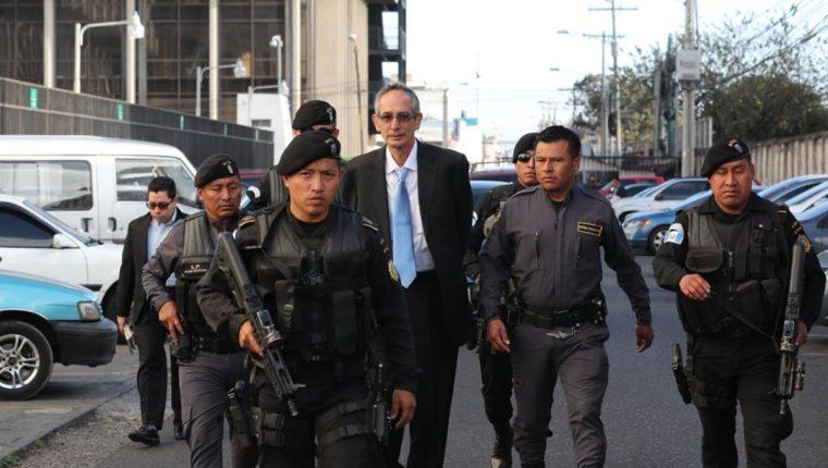 El expresidente Álvaro Colom llega a la Torre de Tribunales para rendir su primera declaración. (Foto Prensa Libre: Érick Ávila)
