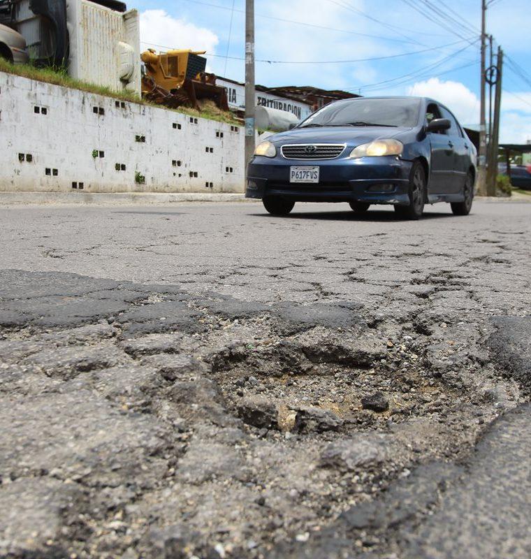 La imagen muestra el mal estado de un tramo del bulevar Tulam Tzu, en la zona 4 de Mixco, donde han ocurrido varios accidentes a causa de los baches. (Foto Prensa Libre: Álvaro Interiano)