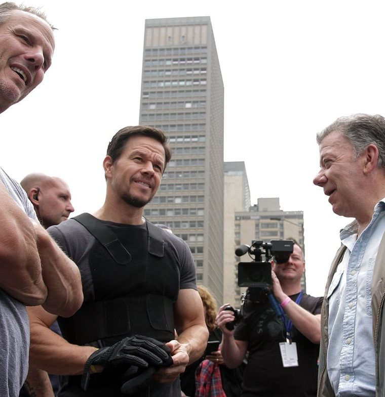 Director Peter Berg, along with the actor and the president of colombia. (Photo: Free Press, AFP).