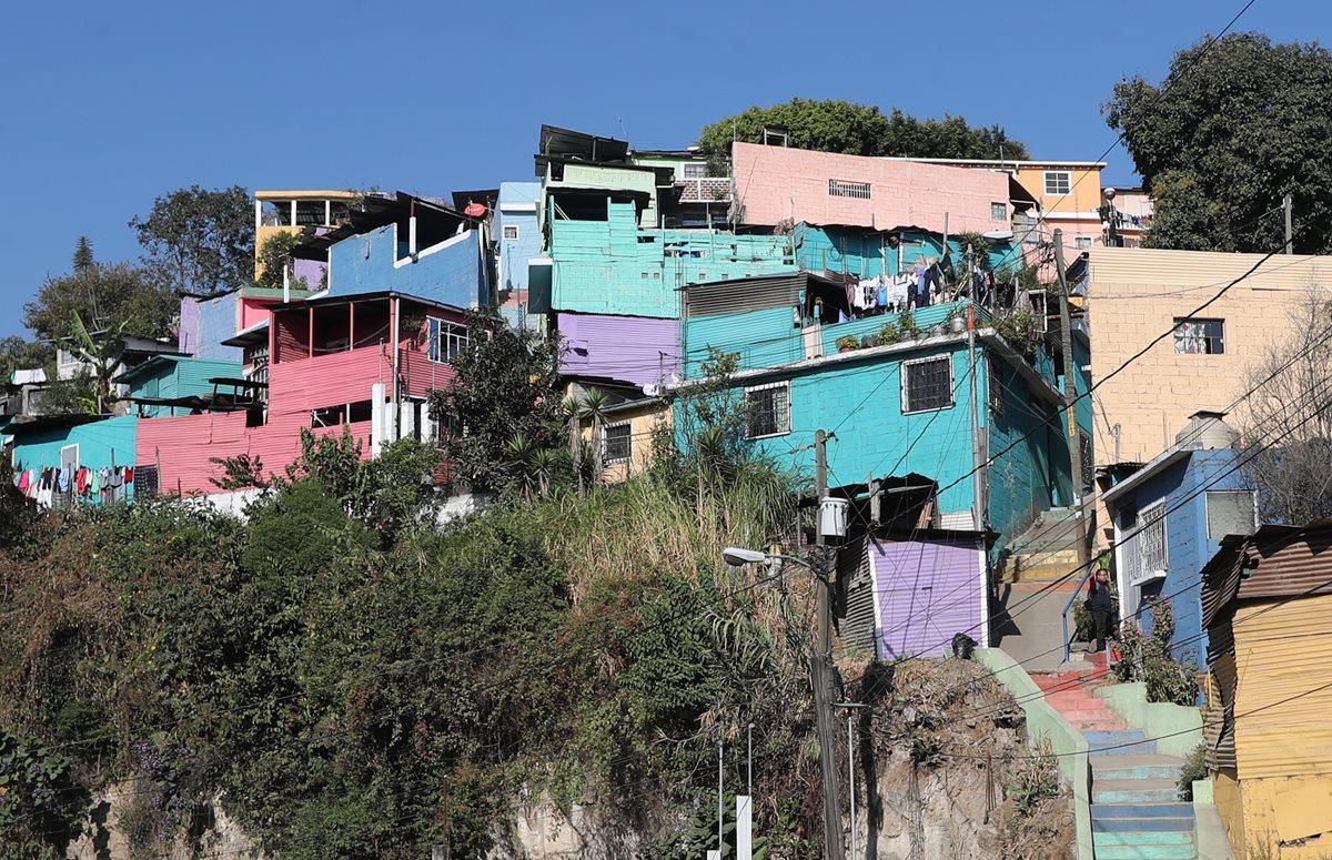 Residentes de El Cenicero dicen que las casas fueron pintadas por la actual administración, pero se olvidaron de resolver los problemas reales. (Foto Prensa Libre: Érick Ávila)