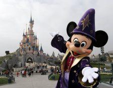 Los parques de Disney reciben miles de visitantes al día. (Foto Prensa Libre: AFP).