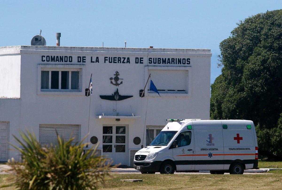 Vista de una ambulancia en la base naval de Mar del Plata, provincia de Buenos Aires, Argentina, donde continúa la búsqueda del submarino argentino ARA San Juan. (Foto Prensa Libre: EFE)