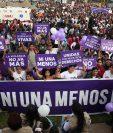 Mujeres participan en una marcha en Perú donde exigen el fin de la violencia contra la mujer. (Foto Prensa Libre: EFE).
