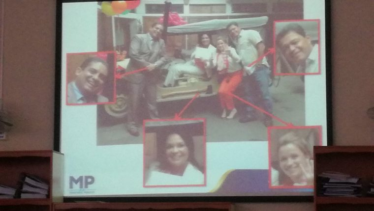 El MP mostró una fotografía donde está Baldetti junto con Juan Carlos Monzón, Daniela Beltranenta y Raúl Osoy. (Foto Prensa Libre: Hemeroteca PL)