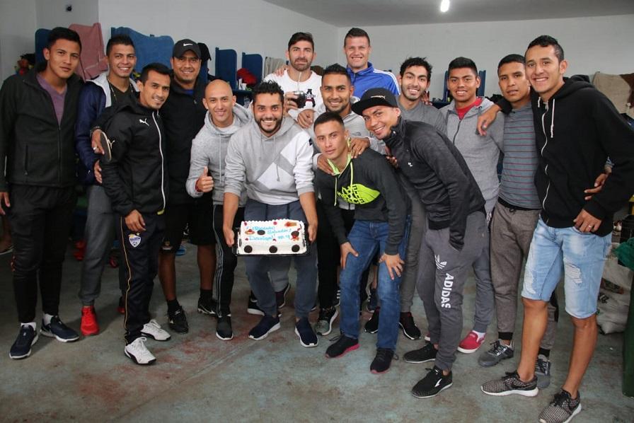 El delantero de Cobán Imperial Edi Danilo Guerra celebró su cumpleaños 31 con sus compañeros en el camerino del estadio Verapaz. (Foto Prensa Libre: Eduardo Sam Chun)