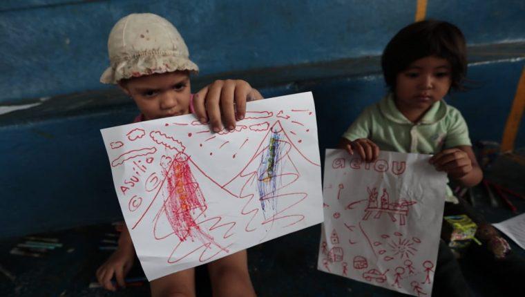 Niños muestran dibujos de la tragedia en el Volcán de Fuego. (Foto Prensa Libre: Hemeroteca)