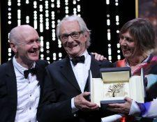 """Ken Loach (centro) recibe el máximo galardón en la 69 edición del Festival Cannes, por su película """"Yo, Daniel Blake"""". (Fotos Prensa Libre, EFE y AFP)"""