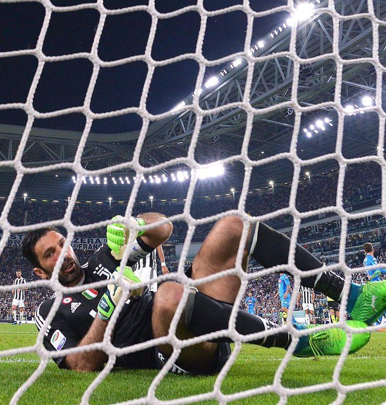 Gianluigi Buffon no pudo detener el  gol de los napolitanos. (Foto Prensa Libre: AFP)