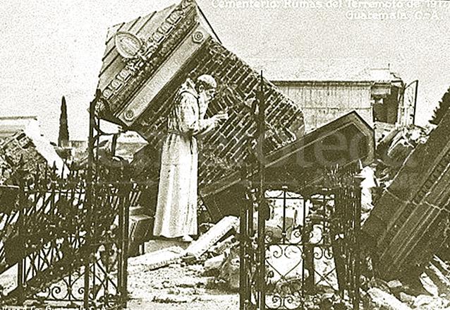 Daños en el Cementerio General tras los terremotos de 1917-18. (Foto: Hemeroteca PL)
