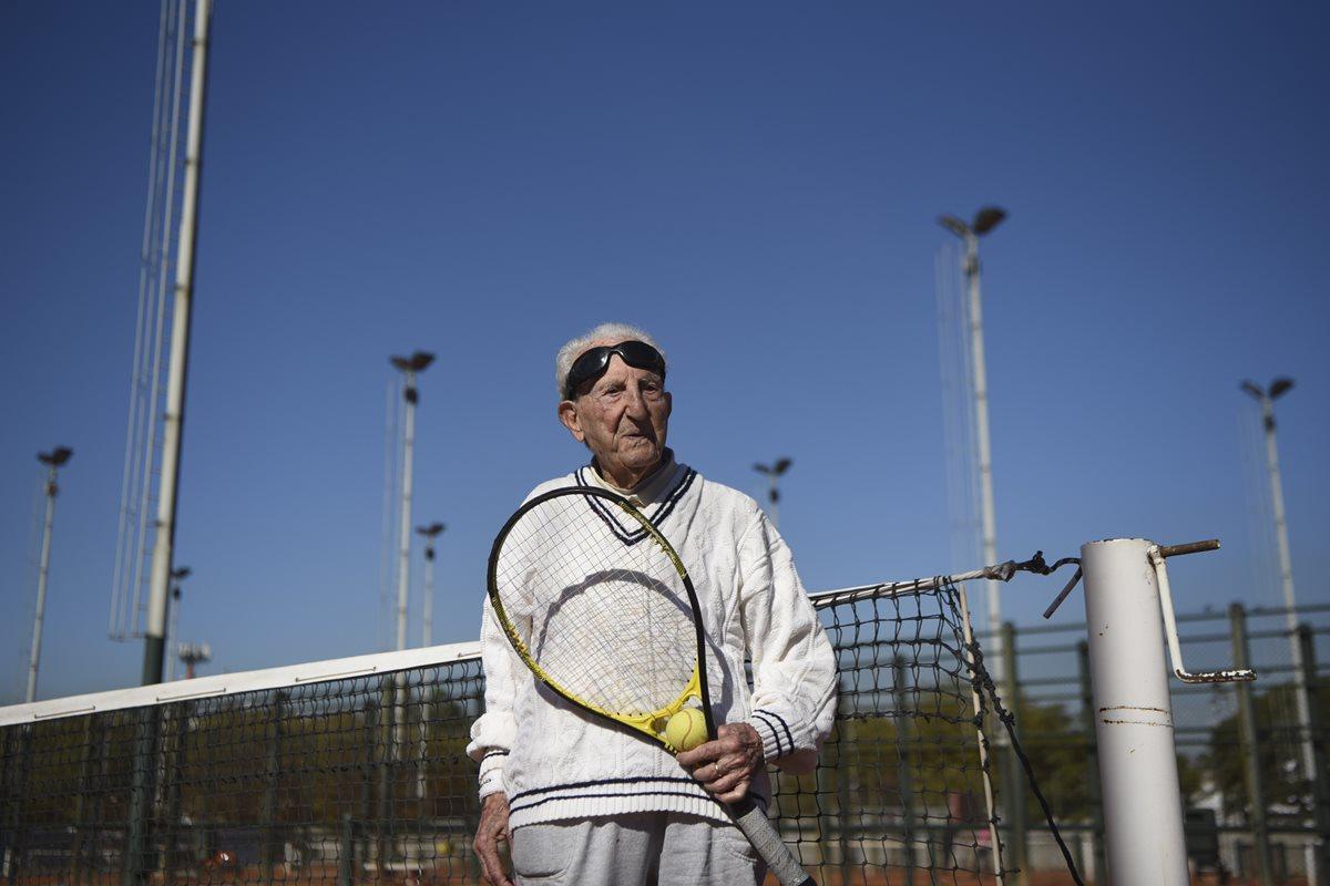 Artyn Elmayan es un tenista de 100 años que ha encontrado en el deporte un gran aliado para mantenerse activo. (Foto Prensa Libre: AFP)