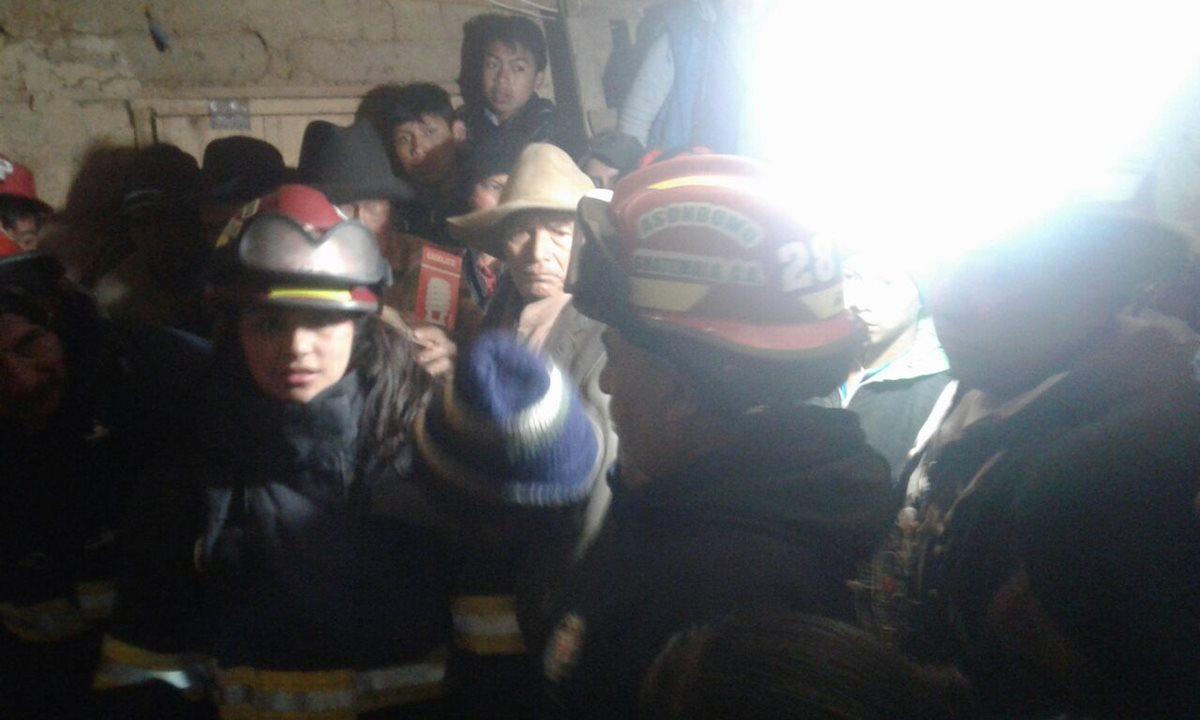 Comunitarios de Tuichaná, Concepción Tuitapa, San Marcos, rescatan los cuerpos de dos hermanos, quienes fallecieron soterrados. (Foto Prensa Libre: Cortesía)