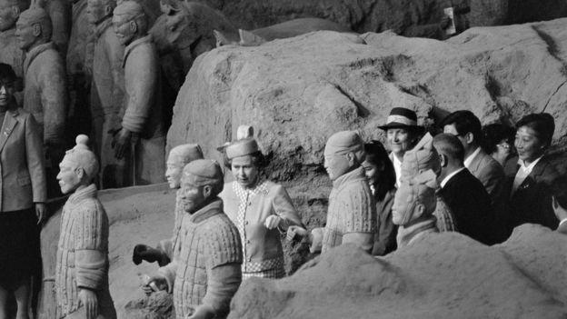 La reina Isabel II estuvo entre los dirigentes extranjeros que visitaron el Museo de los Guerreros de Terracota en los 80. AFP