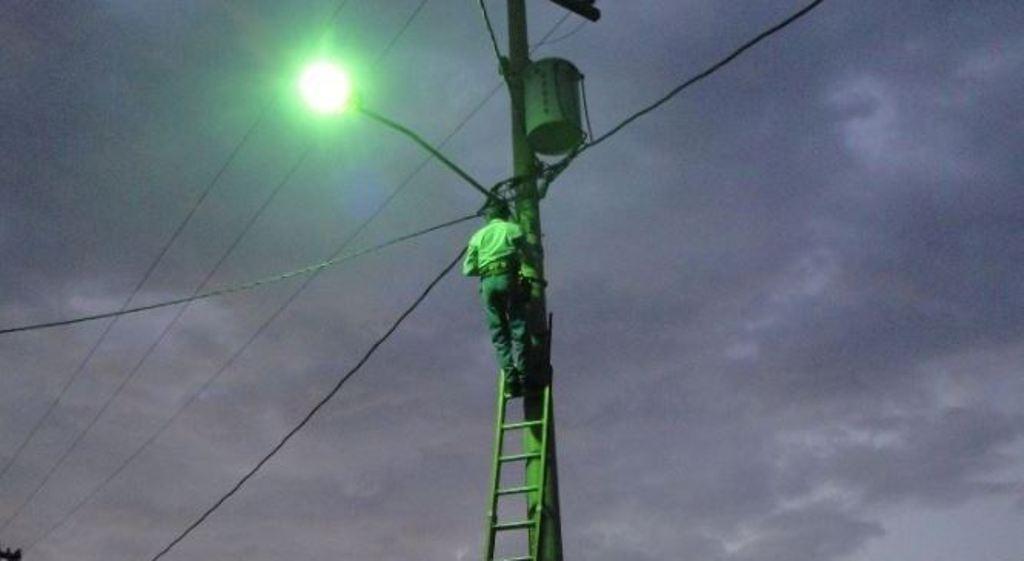 Vecinos supuestamente de la zona Pacayá, Coatepeque, manipularon la red eléctrica para reconectar el servicio de luz en esa zona, denuncia Energuate. (Foto Prensa Libre: Hemeroteca PL)