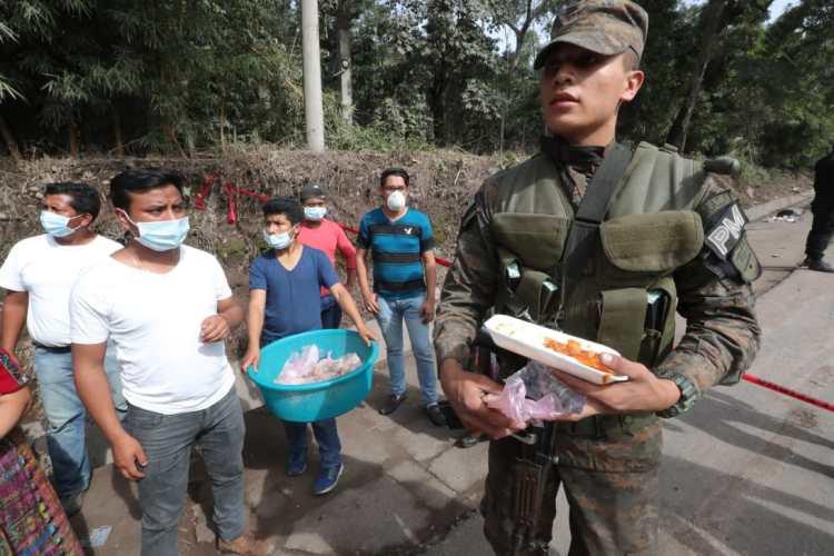 Por momentos algunas personas llevan comida a las personas que trabajan en la zona cero.