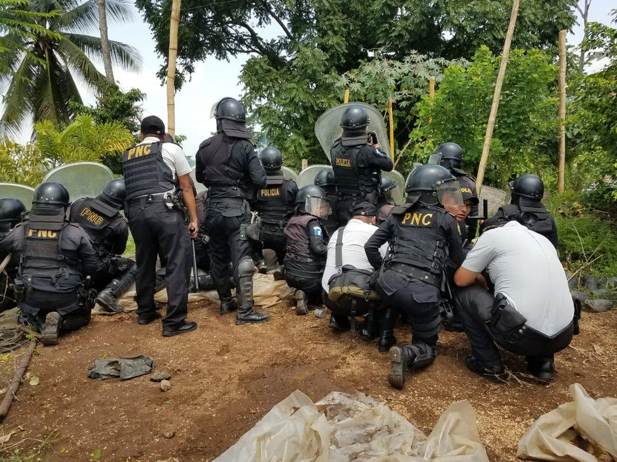 Agentes de la PNC disuelven manifestación en el km 216.5 de la ruta al Suroccidente. (Foto Prensa Libre: Hemeroteca PL)