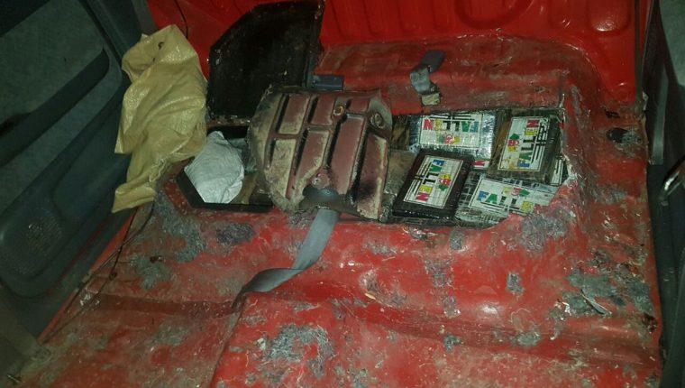 La droga fue decomisada en un compartimiento oculto en el picop, en Zacapa. (Foto Prensa Libre: @MPguatemala).