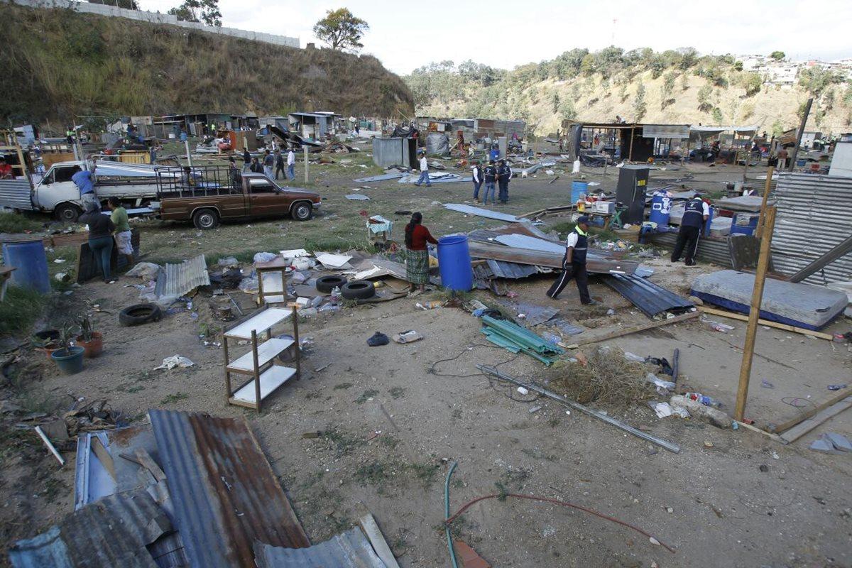 Desalojan a cien familias que invadieron terreno privado