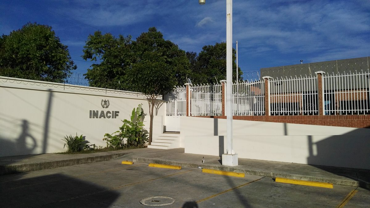 Morgue de la ciudad de Jutiapa a donde fueron trasladados los cadáveres de la mujer y sus dos hijos. (Foto Prensa Libre: Hugo Oliva).