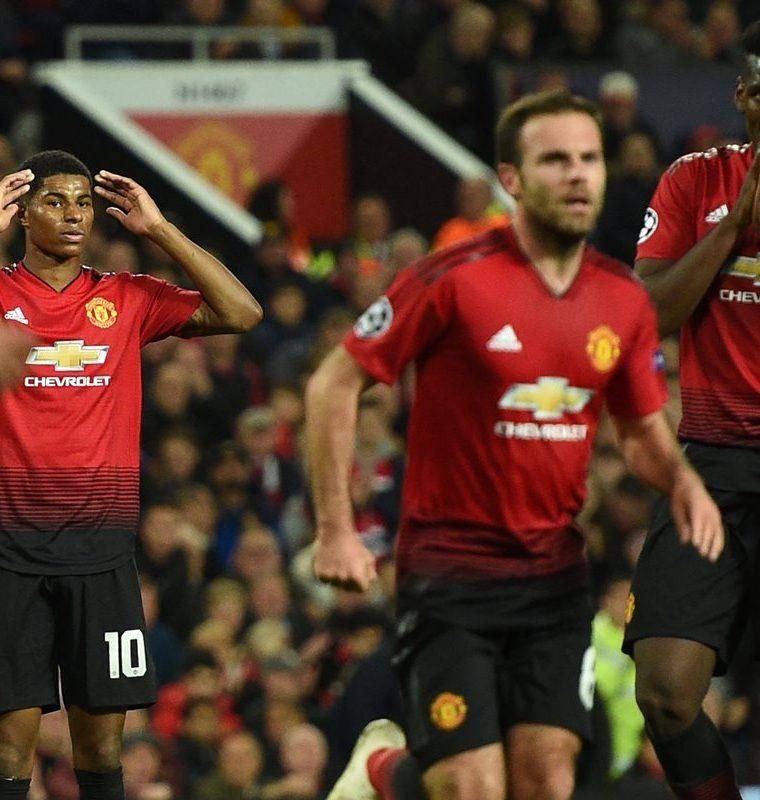Los jugadores del Manchester United muestran su tristeza, en Old Trafford. (Foto Prensa Libre: AFP)