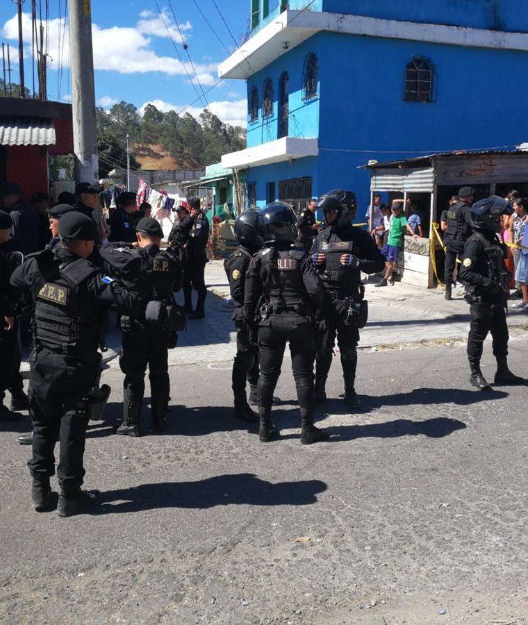 Después de ser apedreados, agentes de la PNC pidieron refuerzos de la FEP y los Lobos Gril. (Foto Prensa Libre: Érick Ávila)
