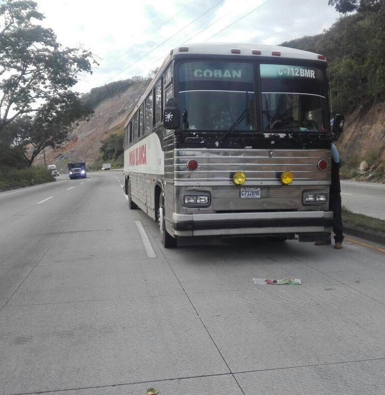 Según pasajeros, alertaron a los bomberos pero debido al bloqueo no pudieron llegar. (Foto Prensa Libre: Hugo Oliva)