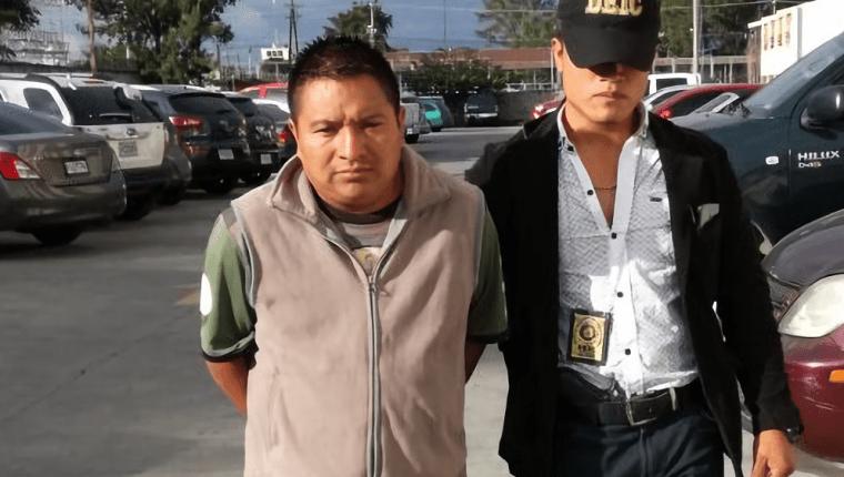 Francisco Raguex Calel al ser trasladado a Tribunales en la capital. (Foto Prensa Libre: PNC).