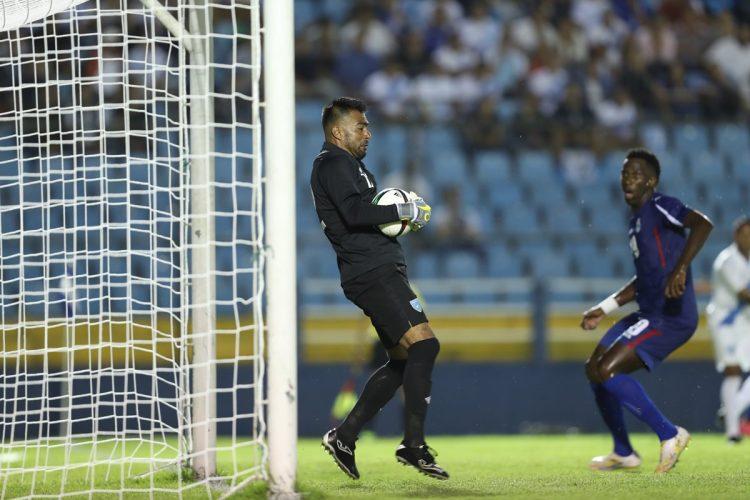 Paulo Motta, portero de Guatemala, evita la caída de su portería. (Foto Prensa Libre: Fransciso Sánchez).