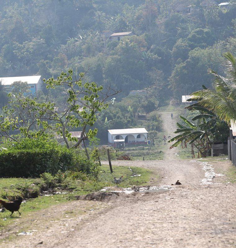 En la comunidad Monte de los Olivos el camino es de tierra y no tienen servicio de energía eléctrica. (Foto Prensa Libre: Érick Ávila)