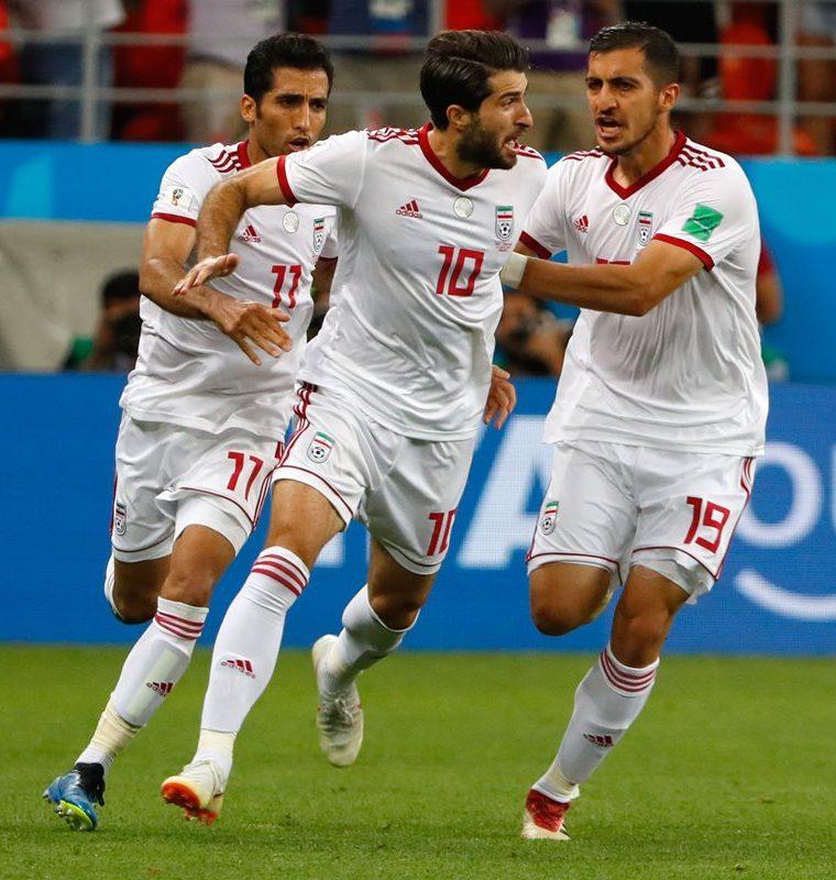 Karim Ansari Fard celebra el gol del empate luego de cobrar correctamente un tiro desde el punto de penalti que fue respaldado por el VAR. (Foto Prensa Libre: AFP)