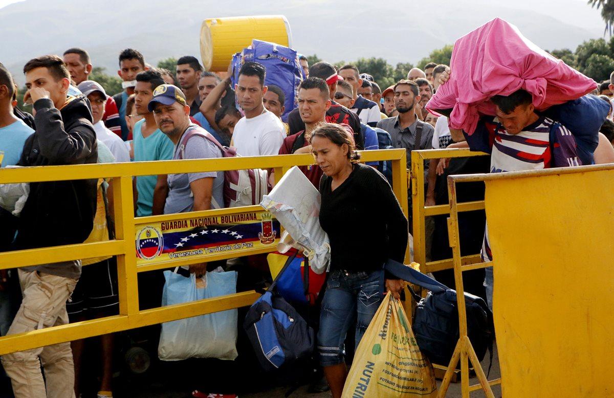 Ciudadanos venezolanos cruzan el puente internacional Simón Bolívar, desde Venezuela hacía Colombia, para comprar alimentos. (Foto Prensa Libre: EFE)