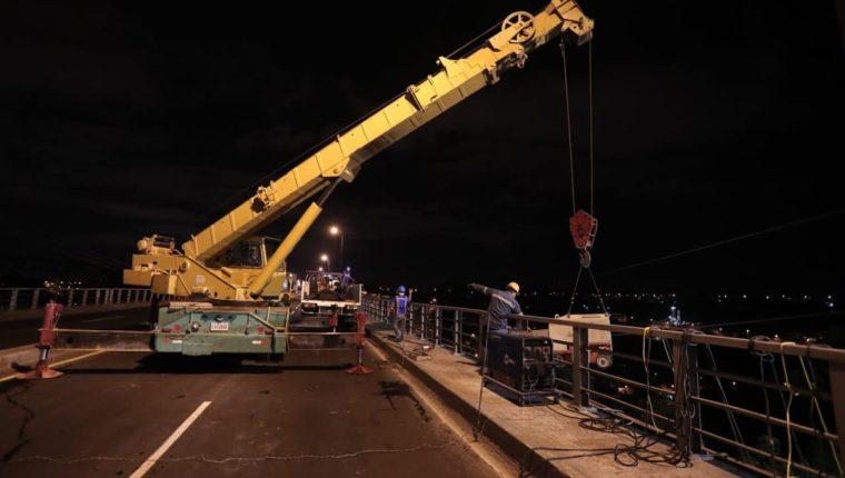 Maquinaria pesada es utilizada en la reparación del puente Belice. (Foto Prensa Libre: Juan Diego González)