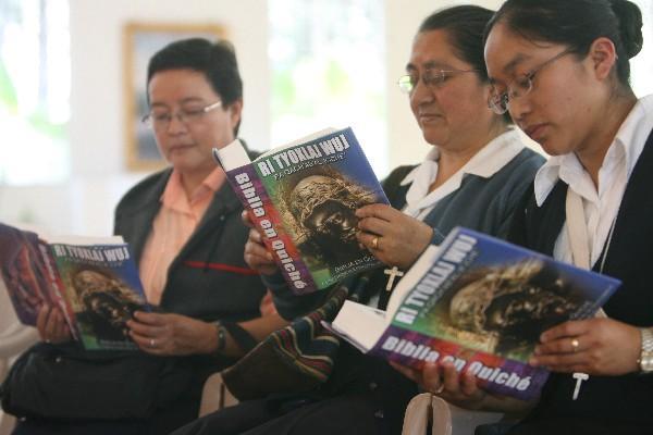 Tres novicias leen, en el Santuario Eucarístico, la Biblia traducida al idioma k'iche'