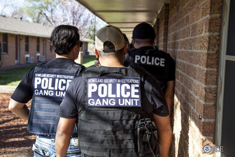 Un agente de ICE traslada a un detenido en una tienda minorista, como parte de los operativos contra trabajadores ilegales. (Foto Prensa Libre: @ICEgov)