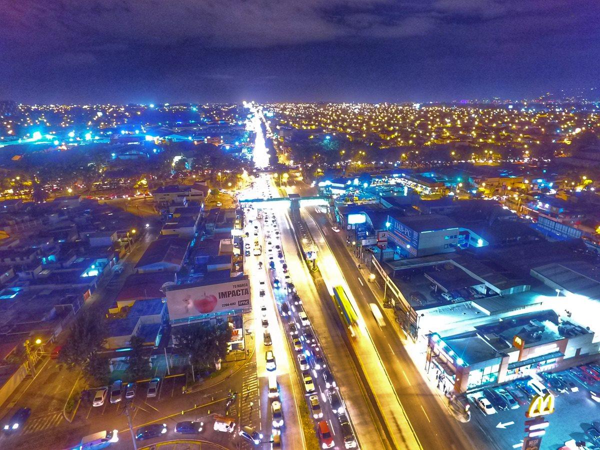 El tráfico hacia el sur por la calzada Aguilar Batres es complicado, debido al cierre del bulevar Sur, entre San Cristóbal y la ruta al Pacífico. (Foto Prensa Libre: Óscar Rivas)