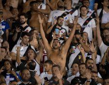 Aficionados del Vasco da Gama apoyan a su equipo durante el duelo frente a la Universidad de Chile. (Foto Prensa Libre: AFP)