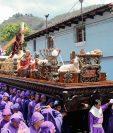 Jesús Nazareno  de la Dulce Mirada es llevado en hombros por feligreses en calles de Antigua Guatemala. (Foto Prensa Libre: Miguel López)