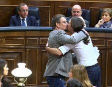 Diputados celebran con un beso. (Foto Prensa Libre: EFE)