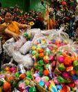 Los cascarones de colores son muy solicitados previo a inicio de Cuaresma. (Foto Prensa Libre: Paulo Raquec)